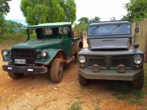 """""""Furiosa"""" (esquerda) e """"Jabirusca"""" (direita) , veículos militares para roteiros Queijaria, Cachoeira com Queijo e Trilhas do Cerradão."""